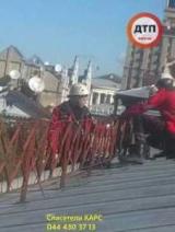 В центре Киева с тренажерный зал, сорвало крышу. Фото